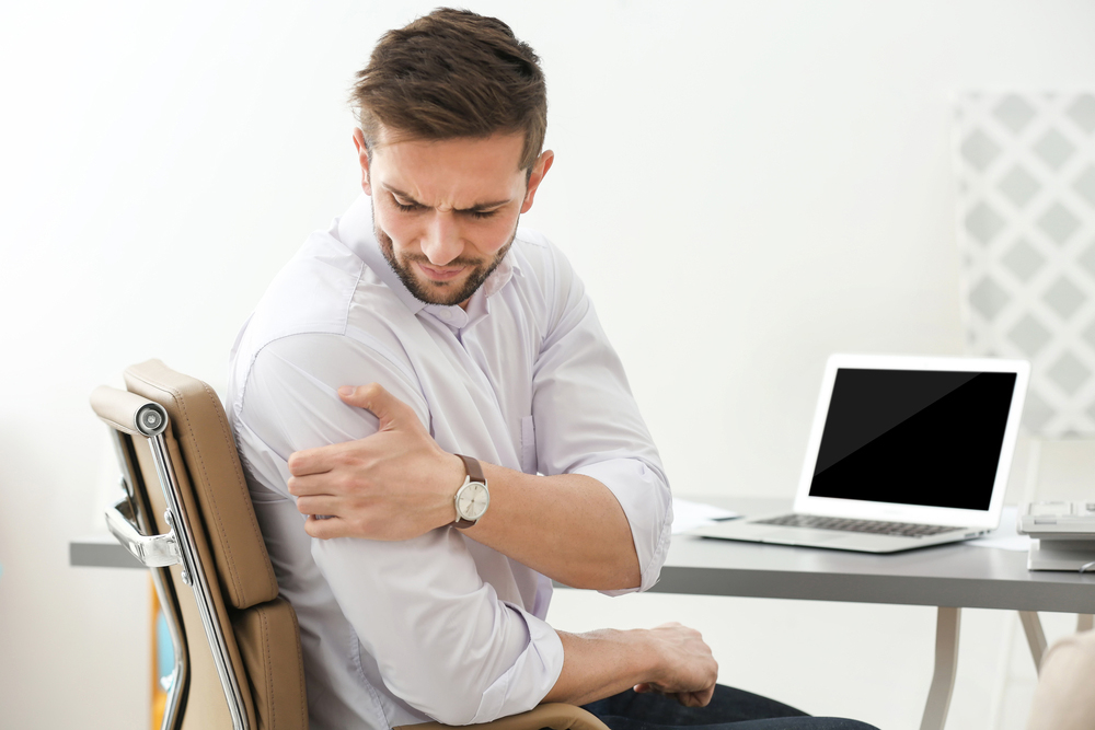 Man with shoulder pain needs chiropractic treatment in Atlanta.